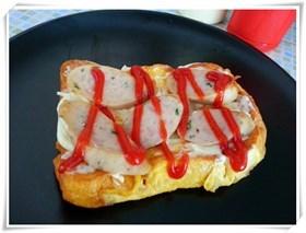 ขนมปังชุบไข่ไส้กรอกหมู