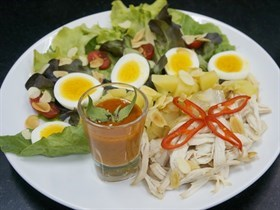 สลัดไก่ซอสมัสมั่น by แม่พลอย